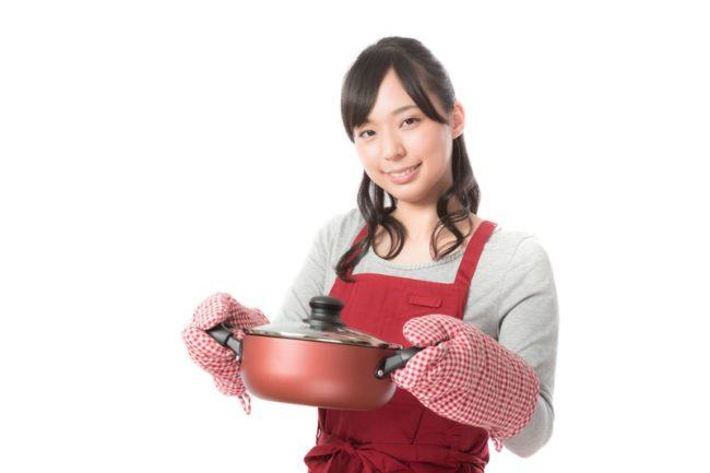 鍋を持つ女性