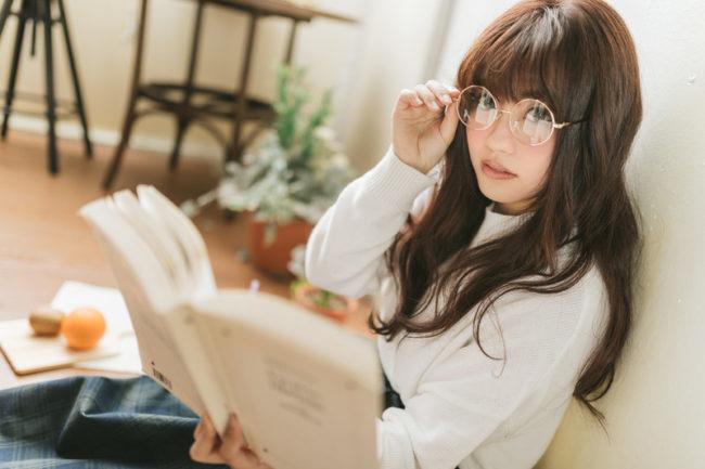 読書中の女性