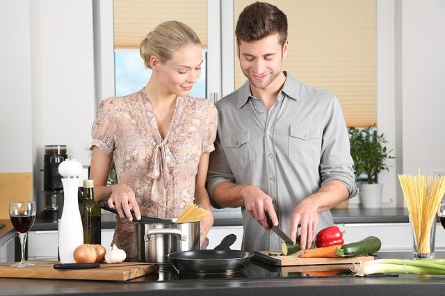野菜料理を作る夫婦