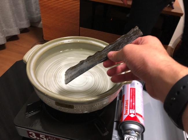 北釧水産のカニしゃぶ昆布を鍋に投入
